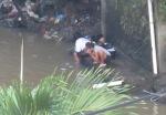Detail : warga menggunakan air sungai untuk mencuci