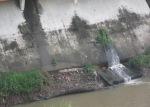 Saluran air yang berakhir di sungai, air sungai tak lagi jernih