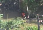 Mencuci piring di sungai